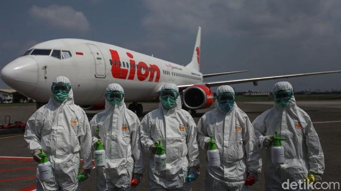 Maraknya virus corona membuat pelayanan penerbangan ikut menghalau penyebaran dengan operasi disinfeksi lewat cairan disinfektan.