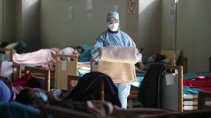 Italia jadi salah satu negara dengan jumlah kasus COVID-19 yang cukup tinggi di luar China. Petugas medis di negara itu bahu membahu rawat pasien virus corona.