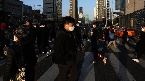 Korea Selatan sudah teruji menghadapi serangan MERS dan kini Corona. 77% penduduk Korea Selatan mempunyai asuransi kesehatan pribadi yang akan mengcover biaya yang tidak dicover oleh pemerintah lewat National Health Insurance Service (NHIS). (Getty Images/Chung Sung-Jun)