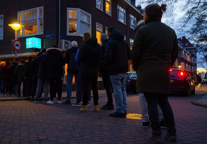 Belanda turut memberlakukan kebijakan lockdown guna cegah penyebaran Corona. Warga pun antre beli ganja agar tetap bisa rileks selama masa isolasi virus Corona.