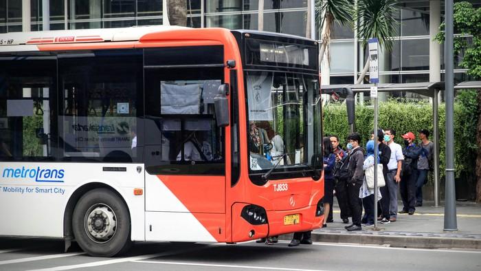 Warga beraktifitas dan mengantri transportasi umum dengan jarak kurang dari 1 meter di kawasan Bundaran HI, Jakarta, Rabu (18/3/2020). Pemerintah menghimbau semua kerumunan umum mempunyai jarak 1 hingga 2 meter (social distance) untuk meminimalisir penyebaran Corona. Namun himbauan tersebut belum Tersosialisasi dengan baik.