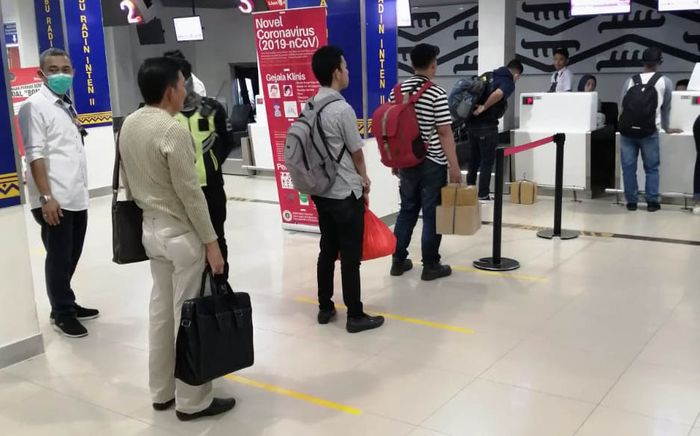Implementasi social distancing dilakukan dengan mengoptimalkan ruang yang ada di terminal untuk menciptakan jarak yang dianjurkan bagi penumpang pesawat, khususnya di area-area tempat berkumpulnya penumpang pesawat. Pool/Angkasa Pura II.
