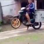 Banyak Gaya, Abang Bakso Wheelie Langsung Ambyar