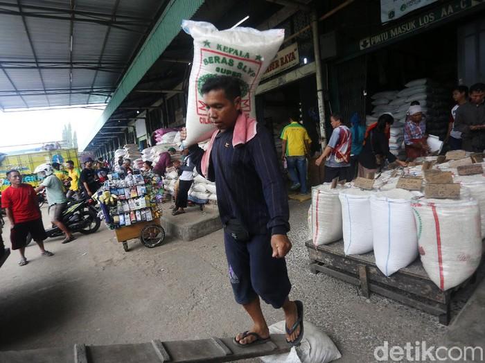 Pekerja melakulan aktivitas bongkar muat di Pasar Induk Beras Cipinang, Jakarta Timur, Rabu (18/3/2020). Direktur Utama PT Food Station Tjipinang Jaya, Arief Prasetyo Adi memastikan, stok beras untuk memenuhi kebutuhan warga Jakarta masih aman di tengah pandemi covid-19. Saat ini ada sekitar 30.101 ton beras di Pasar Induk Beras Cipinang.