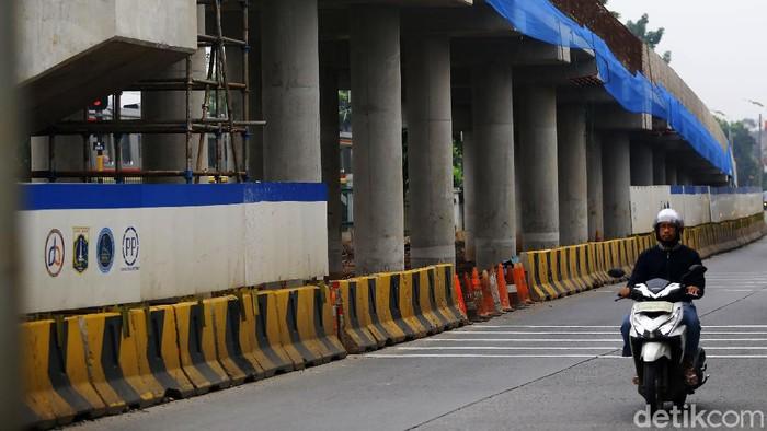 Di tengah mewabahnya virus corona, pembangunan Flyover Lenteng Agung terus berjalan. Tidak ada pengurangan aktivitas para pekerja.