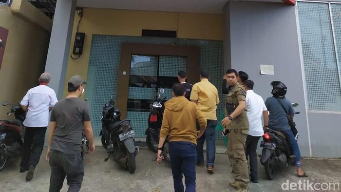 Satpol PP Makassar merazia siswa yang keluyuran.