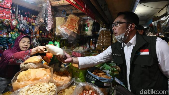 Ridwan Kamil mengecek harga sembako di Pasar Sederhana Bandung