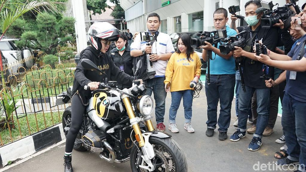 Bikers Banget, Nikita Mirzani Naik Moge dan Pakai Helm Puluhan Juta ke Pengadilan