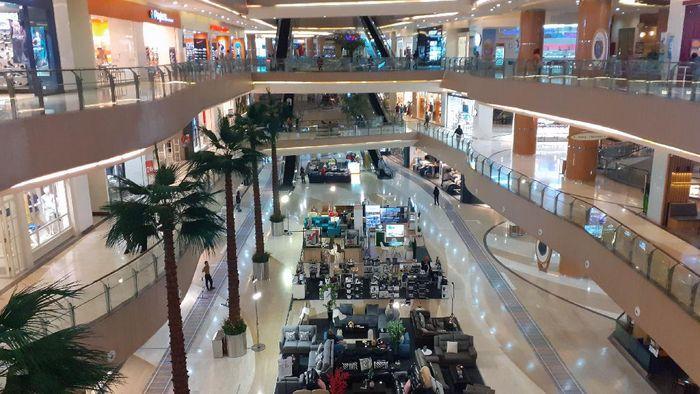 Suasana pusat perbelanjaan yang tampak sepi di tengah mewabahnya virus corona. Seperti terlihat di salah satu mal di Bekasi, Rabu (18/3/2020).