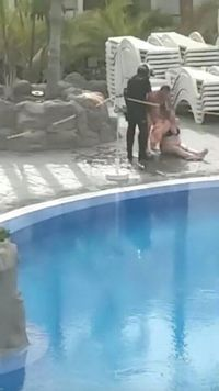 Tak Isolasi Diri Saat Wabah Corona, Wanita Berbikini di Kolam Dipolisikan