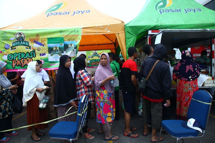 Antrian ibu ibu saat ingin membeli bahan pokok di operasi Pasar di Pasar Kramat Jati Jakarta Timur