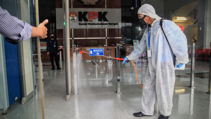 Petugas menyemprot cairan disinfektan di Gedung KPK, Jakarta, Rabu (18/3/2020). Hal itu dilakukan untuk meminimalisir penyebaran virus corona.