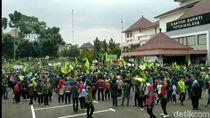 Di Tengah Pandemi Corona, Ratusan Buruh Geruduk Pemkab Tasikmalaya