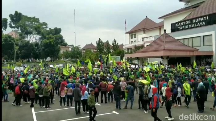 Buruh demo di pemkab tasikmalaya tolak ruu omnibus law