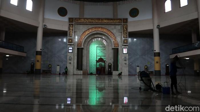 Masjid Raya Bandung, Jawa Barat tidak akan menggelar salat Jumat untuk sementara waktu. Hal itu dilakukan untuk mencegah penyebaran virus Corona atau Covid-19.
