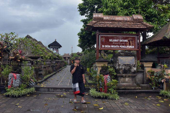 Pecalang atau petugas keamanan adat berjaga di kawasan pintu masuk Desa Wisata Penglipuran, Bangli, Bali, Rabu (18/3/2020). Desa Adat Penglipuran memutuskan tidak menerima kunjungan wisatawan sementara waktu dari 18 hingga 30 Maret 2020 untuk pencegahan penyebaran COVID-19 atau Virus Corona. ANTARA FOTO/Nyoman Hendra Wibowo/nym/foc.