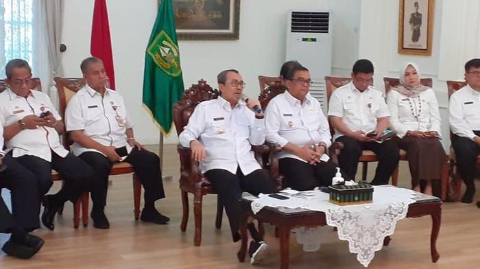Gubernur Riau, Syamsuar melakukan telekonferensi dengan pemda terkait pencegahan wabah Corona (dok. Istimewa)