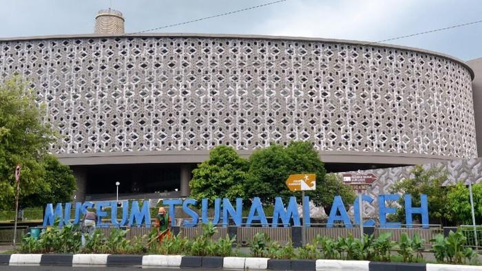Pekerjaa merawat taman bunga di perkarangan Museum Tsunami, Banda Aceh, Aceh, Senin (16/3/2020). Untuk mencegah penyebaran Virus Covid-19, Pemerintah Kota Banda Aceh menutup sejumlah objek wisata bagi pengunjung, antara lain Museum Tsunami, Museum Aceh, situs tsunami PLTD Apung, situs tsunami Kapal Nelayan Atas Rumah dan objek wisata pantai lainnya selama 14 hari terhitung Senin (16/3/2020). ANTARA FOTO/Ampelsa/nz.
