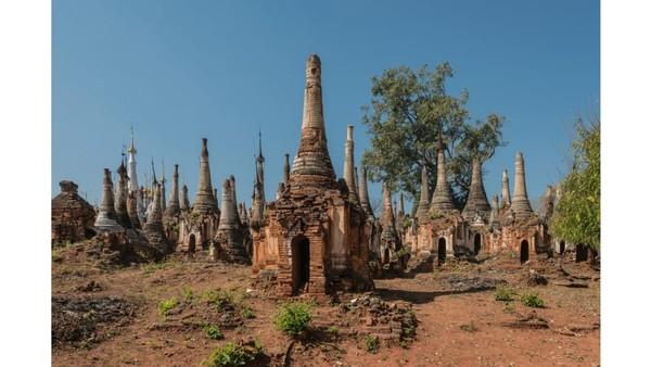 Seperti negara Asia Tenggara pada umumnya, Myanmar juga memiliki kuil bersejarah yang dijadikan sebagai objek wisata. Salah satunya adalah Kuil Indein yang meskipun telah runtuh masih menjadi daya tarik bagi wisatawan. (Foto: Romain Veillon/CNN)