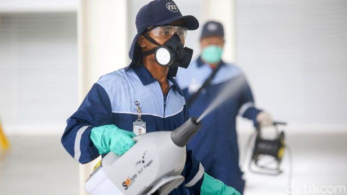 Stadion Akuatik di Komplek GBK disemprot disinfektan. Penyemprotan ini guna mencegah penyebaran virus corona yang tengah mewabah.
