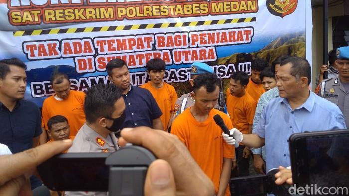 Agung tersangka pembunuhan sopir taksi online ditangkap aparat Polrestabes Medan (Datuk Haris/detikcom)