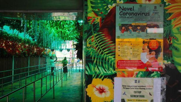 Warga berswafoto di Kebun Binatang Surabaya, Jawa Timur, Selasa (17/3/2020). PD Taman Satwa Kebun Binatang Surabaya menutup sementara tempat wisata itu pada 17-29 Maret 2020 untuk mengantisipasi penyebaran virus Corona (COVID-19). ANTARA FOTO/Didik Suhartono/hp.