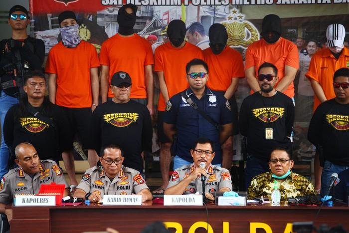 Polda Metro Jaya menangkap JR, AK, GTB, WK, MH, dan AST terkait kepemilikan 24 pucuk senjata api ilegal beserta 12 ribu peluru berbagai kaliber saat rilis di Polda Metro jaya, Jakarta Selatan, Rabu (18/3/2020). Senpi tersebut disimpan dan dijual oleh para tersangka secara tidak sah.
