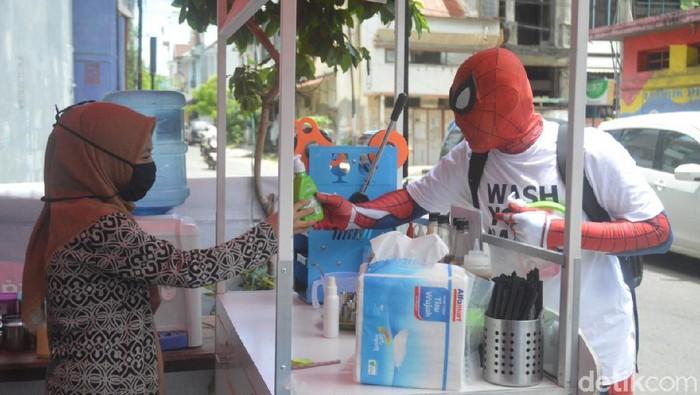 Spiderman Parepare bagikan hand sanitizer dan kampanye cuci tangan (Hasrul Nawir/detikcom)
