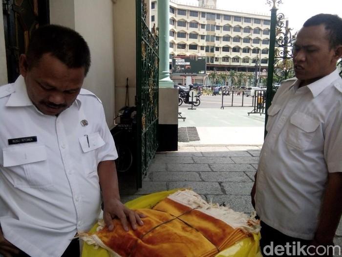 Gubsu Edy Kirim 350 Sajadah Kecil ke Masjid Raya Medan