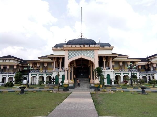 Terletak di Jl Brigjen Katamso, Istana Maimoon adalah bangunan dengan perpaduan gaya Melayu, Eropa, Persia, dan India. Sekilas, bangunan ini berbentuk masjid, tetapi ada banyak peninggalan bersejarah yang menarik di dalamnya. Istana ini sudah ada sejak 1888 yang dibangun oleh Sultan Mamun Al Rasyid Perkasa Alamsyah.(Ahmad Arfah/detikcom)