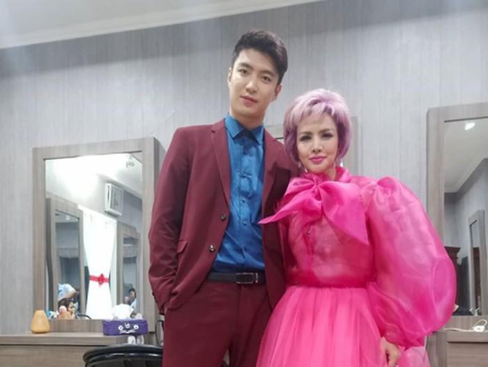 Barbie Kumalasari dan pria asal Korea.