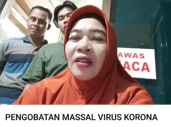 Praktik pengobatan Ningsih Tinampi ditutup sejak Rabu (18/3) untuk mencegah penyebaran virus corona. Kini ia membuka pengobatan massal virus corona lewat YouTube.