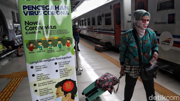 Pemerintah menyerukan untuk menjaga jarak atau social distancing untuk mencegah penularan virus corona. Hal itu kini diterapkan di Stasiun Senen.