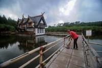 Mulai Kamis (19/3) Pemerintah Kabupaten Bandung Barat meminta agar pengelola kawasan wisata menutup usahanya selama dua minggu.