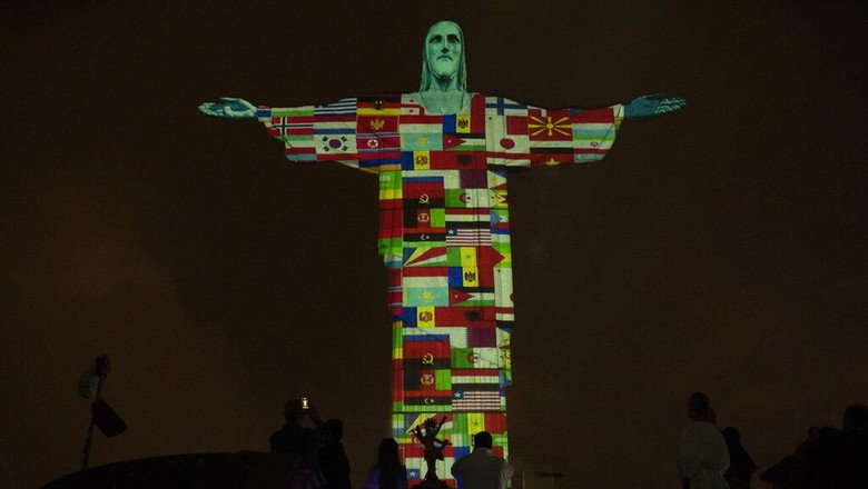 Patung Christ the Reedemer di Brasil dihiasi berbagai bendera negara yang terpapar Corona. Hal itu dilakukan sebagai bentuk dukungan Brasil kepada negara itu.