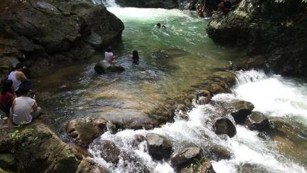 Curug Putri Kencana memiliki air berwarna tosca. Kedalamannya sekitar 1,5-2 meter. (Resa Noor Fauziah/dtraveler)