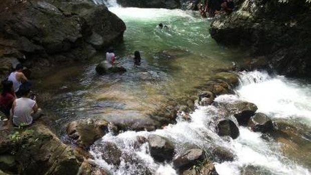Segarnya Bermain Air di Curug Putri Kencana