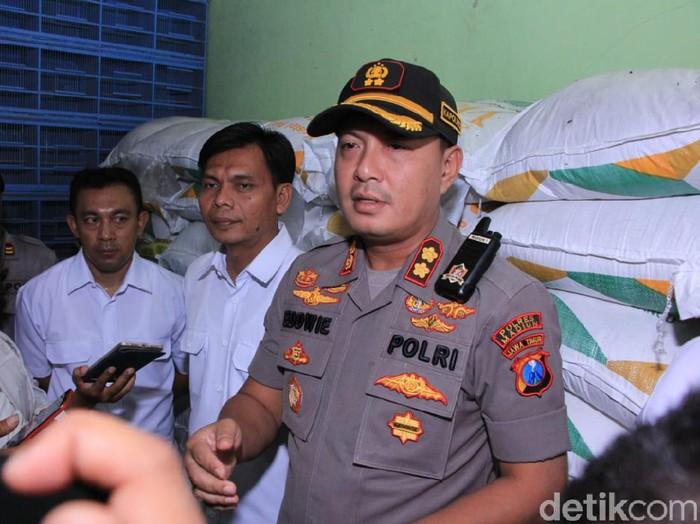 Polisi menggerebek toko pakan burung yang diduga melakukan penimbunan gula pasir di Madiun. Petugas mengamankan 87 karung gula pasir.