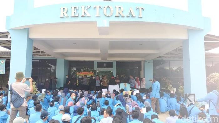Mahasiswa Universitas Bangka Belitung (UBB) demo protes Peraturan Rektor tentang Kemahasiswaan (Deni Wahyono/detikcom)