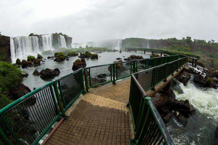 Salah satu destinasi wisata di Brasil yakni Air Terjun Iguazu terlihat sepi tanpa pengunjung.