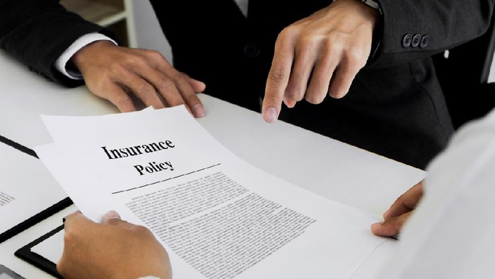 Insurance agent explain consulting with customer to signing the policy form.