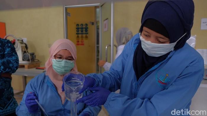 Mahasiswa jurusan farmasi, Universitas Buana Perjuangan (UBP) Karawang sedang membuat cairan pencuci tangan atau hand sanitizer untuk dibagikan ke masyarakat.