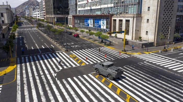 Suasa lalu lintas di jalanan Kota Lima, Peru, sepi dari hilir mudik kendaraan. Pemerintah setempat terapkan pembatasan aktivitas warga guna cegah virus Corona.