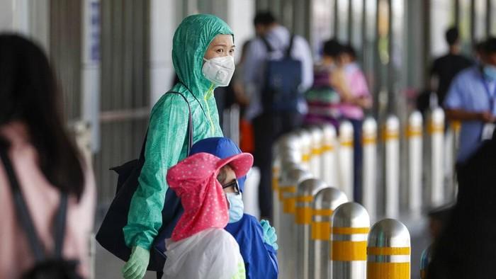 Warga Filipina biasakan diri kenakan masker hingga sarung tangan saat beraktivitas di luar rumah. Masker hingga jas hujan itu dikenakan untuk cegah Corona.