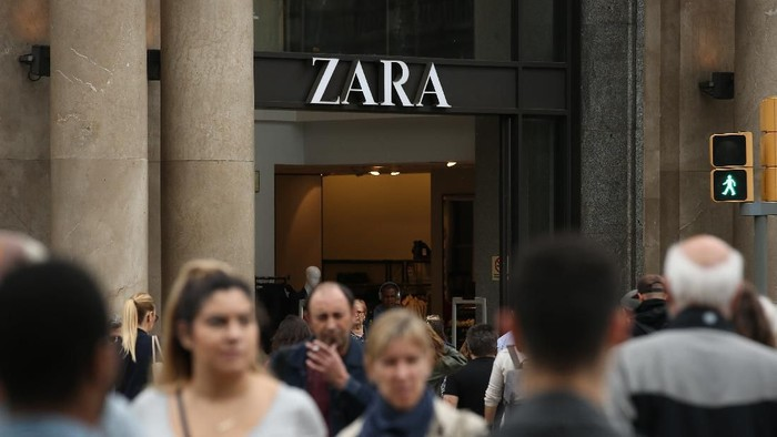 BARCELONA, SPAIN - OCTOBER 20:  People walk past a Zara clothing store on Passeig de Gracia avenue on October 20, 2017 in Barcelona, Spain. As the Catalan independence crisis deepens tourism, which is a vital economic input for the entire region, seems little impacted.  (Photo by Sean Gallup/Getty Images)