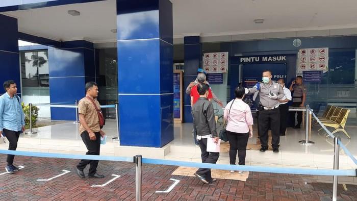 Social distancing di kantor pelayanan SIM Daan Mogot