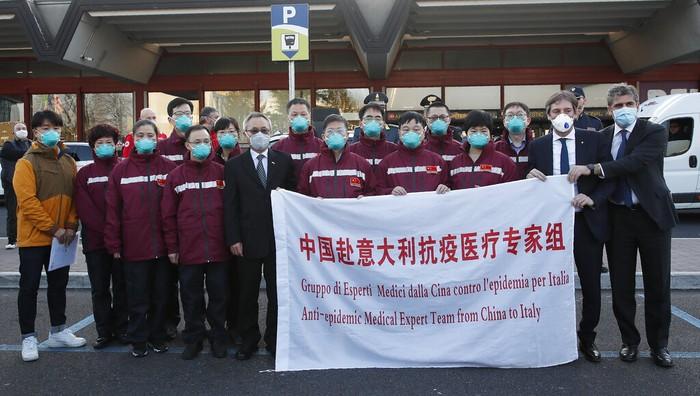 Tim medis dari China tiba di Bandara Malpensa Milan, Italia, pada Rabu (18/3/2020) waktu setempat.