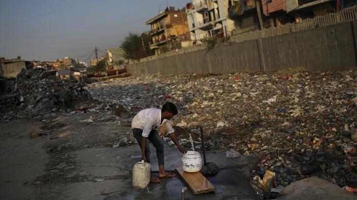 Krisis air bersih kerap membayangi kehidupan warga India yang tinggal di tempat kumuh. Kondisi kian sulit dengan merebaknya wabah virus Corona di negara itu.