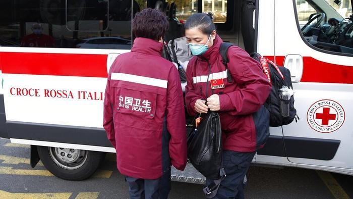 Seperti diketahui, Italia menjadi salah satu negara di luar China yang memiliki kasus virus corona cukup tinggi. Kasus virus Corona di Italia diketahui telah melampaui 20 ribu kasus. Seluruh anggota tim dan awak pesawat pun telah diperiksa secara medis sebelum berangkat ke Italia.