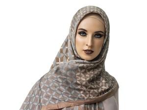 Itang Yunasz dan Katonvie Rilis Hijab Dua Sisi Pertama di Dunia
